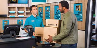 Cliente y representante de The UPS Store hablando en el mostrador de la tienda